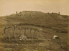 EDWARD SHERIFF CURTIS LE PHOTOGRAPHE DES AMÉRINDIENS 240px-Sweat_lodge_frame_loc_cropped
