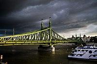 Szabadság híd, háttérben a Gellért szállóval.jpg