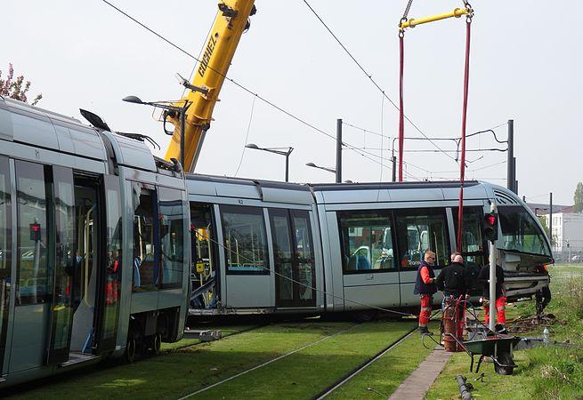 Valenciennes & Anzin - Déraillement de la rame de tramway n° 17 à la sortie du dépôt de Saint-Waast le 11 avril 2014 (020).JPG