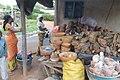 Vendeuse de medicament traditionelle à Aboisso 02.jpg
