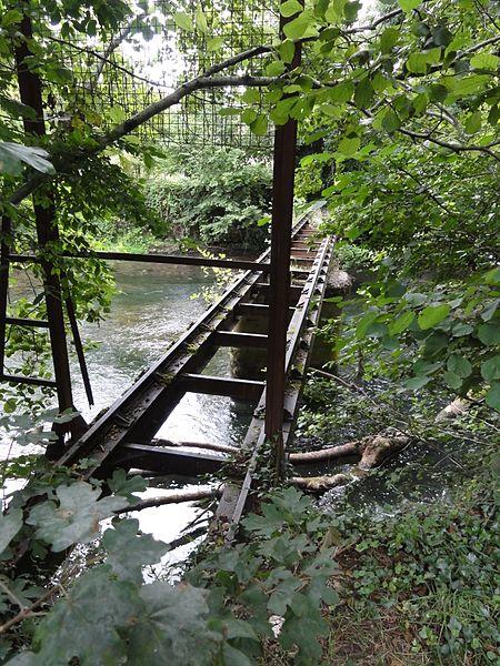 Ville-sur-Saulx (Meuse) papeterie du château (04), pont en fonte (rails) sur la Saulx