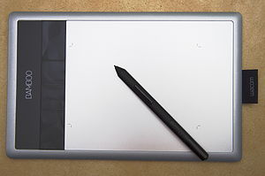 Active pen - A Wacom Bamboo Capture graphics tablet with supplied inductive pen. The crop marks on the surface indicate the active area, which measures 14.7×9.2 cm or 5.8×3.6 in.