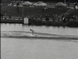 Bestand:Waterskiën met record sprong-514750.ogv