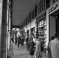 Winkelend publiek in de Rue de Rivoli, Bestanddeelnr 254-0302.jpg