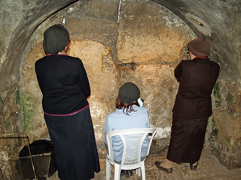 Women praying in the Western Wall tunnels (photo: David Shankbone / Creative Commons)