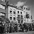 's-Hertogenbosch Publiek op straat en in de ramen van gebouwen, Bestanddeelnr 900-4130.jpg