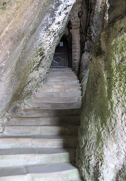 Entrée de l'église Semi-rupestre de Vals (Ariège), dont la partie inférieure est creusée dans le poudingue.