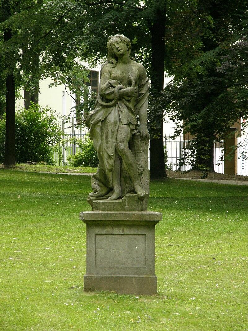Ланьцут - figura kamienna w parku.jpg