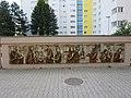 1210 Dopschstraße 29 - Großfeldsiedlung - Steinzeugfries Der Mensch auf der Straße von Gertrude Diener-Hillinger 1973 IMG 2985.jpg