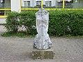 1210 Oswald Redlich-Straße 36 - Großfeldsiedlung - Marmorplastik Fordernde von Josef Kaiser 1984 IMG 3028.jpg