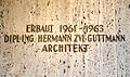 1961-1963 erbaut von Dipl.-Ing. Hermann Zvi Guttmann, Architekt, Inschrift an der Synagoge in der Haeckelstraße in Hannover.jpg