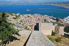 Vista della parte vecchia della città di Nafplio dal castello di Palamidi.