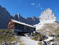 20101010-Lamsenjochhütte vor Lamsenspitze.jpg