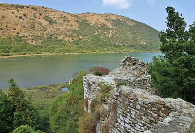 2011 Butrint 37 city wall ruins.jpg