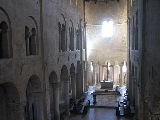 Abbazia di Sant'Antimo, la navata centrale vista dal matroneo