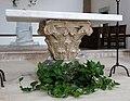 Abbazia di san vincenzo al volturno, interno, altare maggiore con capitello.jpg