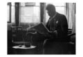 Alfred Marzolff lisant le journal en 1924 photographié par Lucien Blumer.png