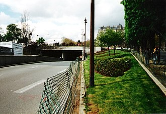 Pont de l'Alma - Entrance to the Pont de l'Alma tunnel in April 1998, the site where Diana's car hit a Fiat and then the wall
