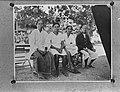 Ambon Een familie op een bank poseert, Bestanddeelnr 901-5487.jpg