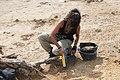 Arkeologo bat Munoaundiko aztanategian lanean.jpg
