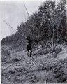 Ashluslay; fiskare. Fiskenätet är fäst på två, kanske två meter långa, trästänger. (ant.SK) - SMVK - 0072.0043.tif