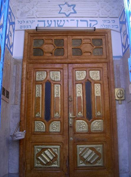 La synagogue est reconnue pour son cachet architectural de style mauresque.  Elle est peinte en bleu et blanc, qui sont aussi les couleurs  traditionnelles du