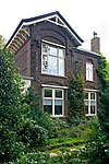 Algemene Begraafplaats Crooswijk: voormalig drenkelingenhuis annex arbeiderswoning in sobere chalet-stijl
