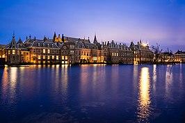 Het Binnenhof, met op de voorgrond de Hofvijver