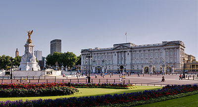 Buckingham Palace and Victoria Monument - September 2006.jpg