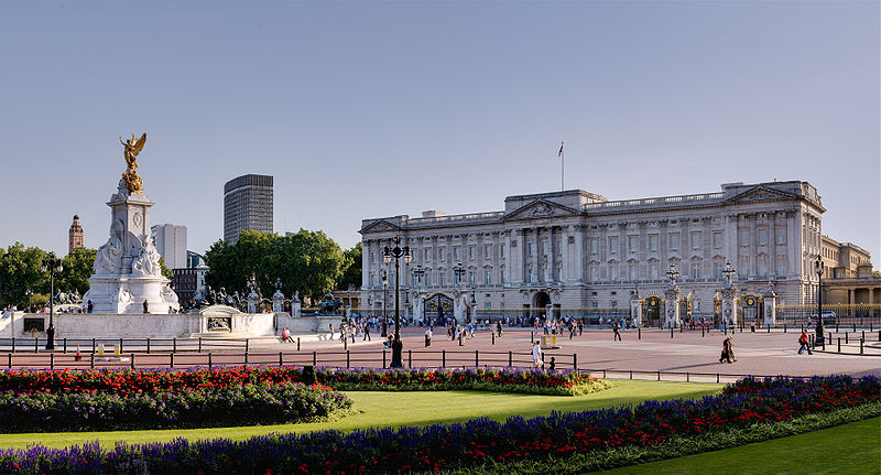 Ficheiro:Buckingham Palace and Victoria Monument - September 2006.jpg