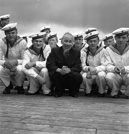 Ho Chi Minh from the Viet Minh independence movement and Viet Cong with East German sailors in Stralsund harbour, 1957 Bundesarchiv Bild 183-48579-0009, Stralsund, Ho Chi Minh mit Matrosen der NVA.jpg
