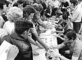 Bundesarchiv Bild 183-N0625-0025, Fußball-WM, Nationalmannschaft DDR, Autogramme.jpg