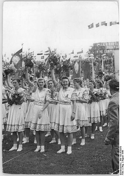 File:Bundesarchiv Bild 183-R78370, Budapest, II. Weltfestspiele, Festumzug, Komsomolzinnen.jpg