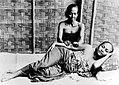 COLLECTIE TROPENMUSEUM Een vrouw krijgt een 'pidjit' een inlandse massage TMnr 10006747.jpg
