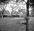 COLLECTIE TROPENMUSEUM Hotel des Indes hertenpark en paviljoens Batavia TMnr 10014915.jpg