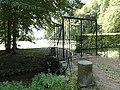 Cany-Barville (Seine-Mar.) grille et douves, château de Cany.jpg