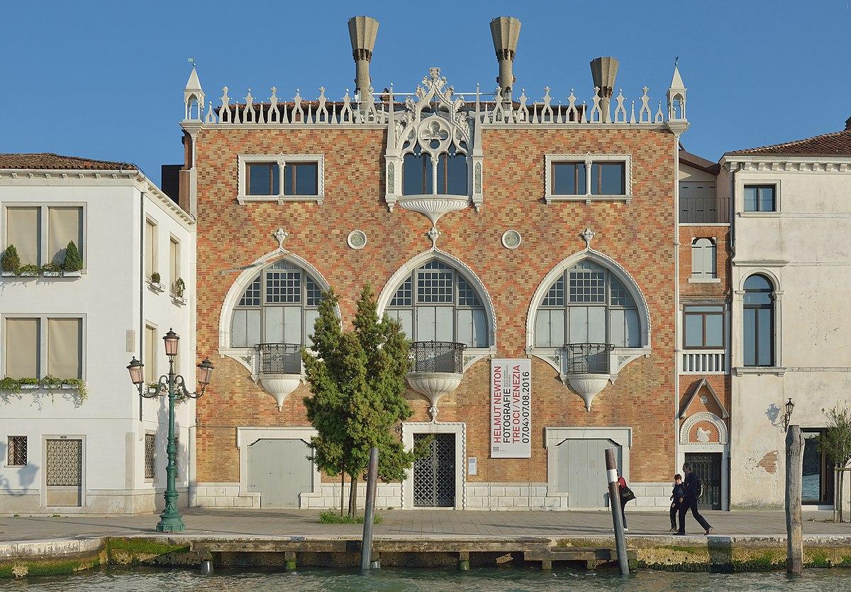 Casa dei tre oci wikipedia for Piani casa sul tetto di bassa altezza