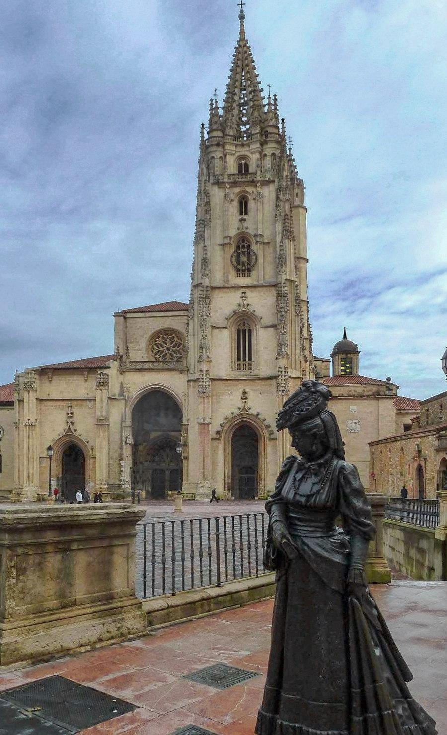 Fachada da Catedral e escultura de La Regenta
