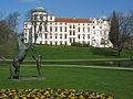 Celler Schloss und Wohlklang-Statue.JPG