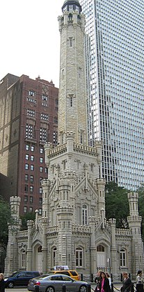 Le Water Tower est un château d'eau en forme de tour de style néo-gothique situé dans le Old Chicago Water Tower District, un district historique du quartier de Streeterville. Œuvre de l'architecte William W. Boyington, elle fut érigée en 1869 en bordure du Magnificent Mile.  (définition réelle 3 800 × 3 700)