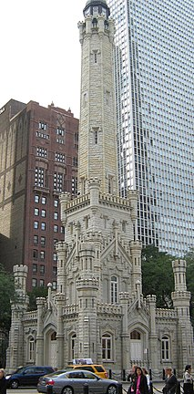 Le Water Tower est un château d'eau en forme de tour de style néogothique situé dans le Old Chicago Water Tower District, un district historique du quartier de Streeterville à Chicago.  (définition réelle 3 800 × 3 600)