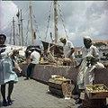 Collectie Nationaal Museum van Wereldculturen TM-20029825 Verkoop van goederen op de drijvende markt Willemstad Boy Lawson (Fotograaf).jpg
