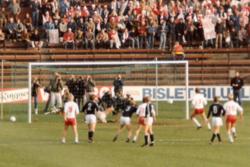 205ddd0f Per Egil Ahlsen (FFK, nr 3 på ryggen) har nettopp scoret på straffespark og  gitt Fredrikstad ledelsen 2-0 i omkampen i NM-finalen i 1984. På bildet ser  vi ...