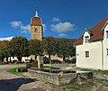 Cuse-et-Adrisans, la fontaine et l'église.jpg