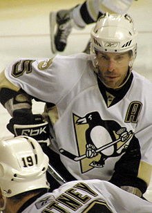 Photo de Daryl Sydor portant le A sur le maillot des Penguins.