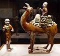 Dinastia tang, sposo a cammello con mercante e palafreniere, 700-750 ca. 01.jpg