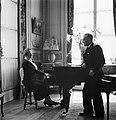 Diplomaat Štefan Osuský en zijn echtgenote Pavla Vachková-Osuská bij de piano, Bestanddeelnr 255-8781.jpg