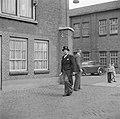 Directeur Jan van Abbe arriveert in jacquet met hoge hoed, Bestanddeelnr 255-8433.jpg