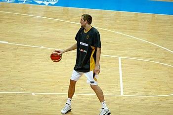 7e16065b8b67c Dirk Nowitzki, à l'échauffement, portant le ballon à une main