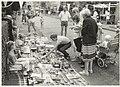 Dolfijnstraat met rommelmarkt. NL-HlmNHA 54015250.JPG